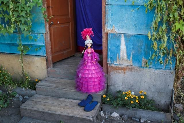 Кукла, внутрь которой кладут подарки на свадьбу. Аул Каскат, Омская область