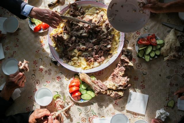 Бешбармак — блюдо из нарезанного вареного мяса и тонкого теста. Аул Каскат, Омская область