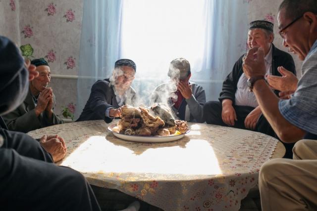 Годовые поминки по умершему (дога) — очень древняя казахская традиция. Аул Каскат, Омская область
