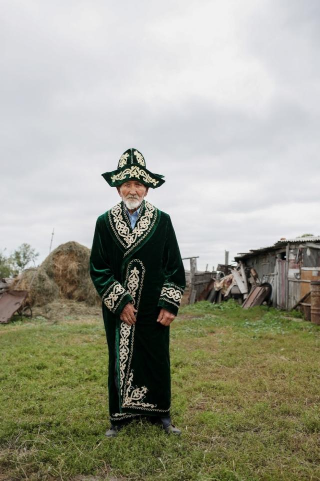 Аксакал — пожилой уважаемый человек — в национальной одежде. Деревня Селивановка, Омская область