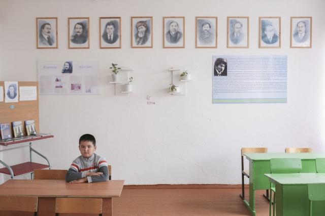 Класс родного (казахского) языка в школе. В области существует несколько школ, где изучается казахский язык, проводятся областные олимпиады. Однако в последнее время количество учебных часов сократилось.В повседневной жизни между собой казахи общаются на родном языке. Аул Каскат, Омская область