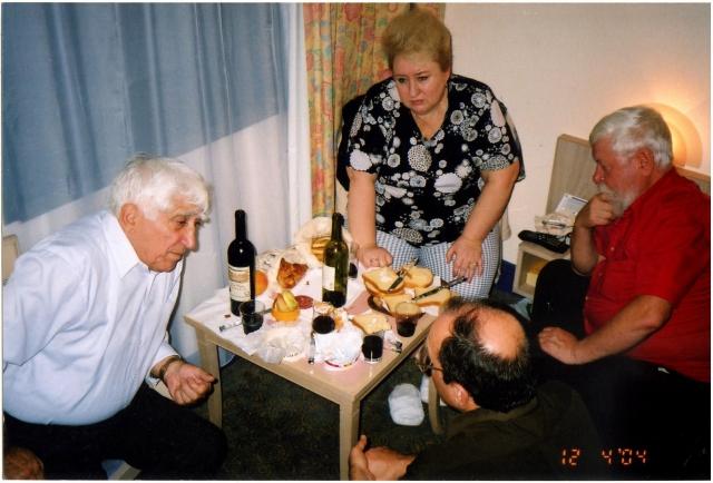 Встреча Анри Рухадзе, Аллы Корниловой, Фангиля Гареева и Владимира Высоцкого (сидит спиной) в гостинице во время 11-й Международной конференции по холодному синтезу 31 октября — 5 ноября, Марсель, 2004 г