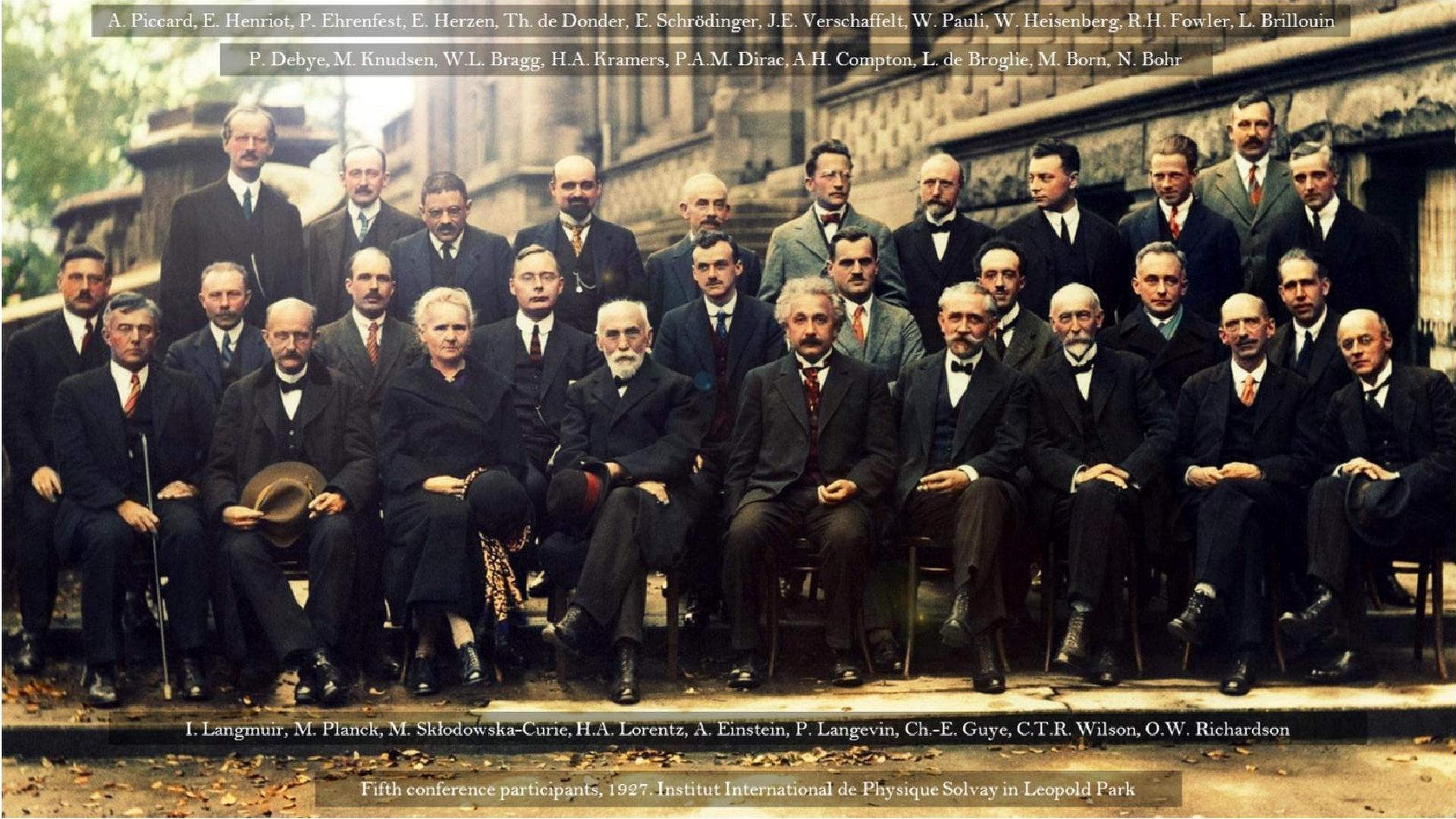 Основные участники научной революции в физике начала XX века на 5-м Сольвеевском конгрессе в Брюсселе (1927), среди которых 17 лауреатов Нобелевской премии. Стоят Эрвин Шрёдингер (шестой справа) и Вернер Гейзенберг (третий справа)