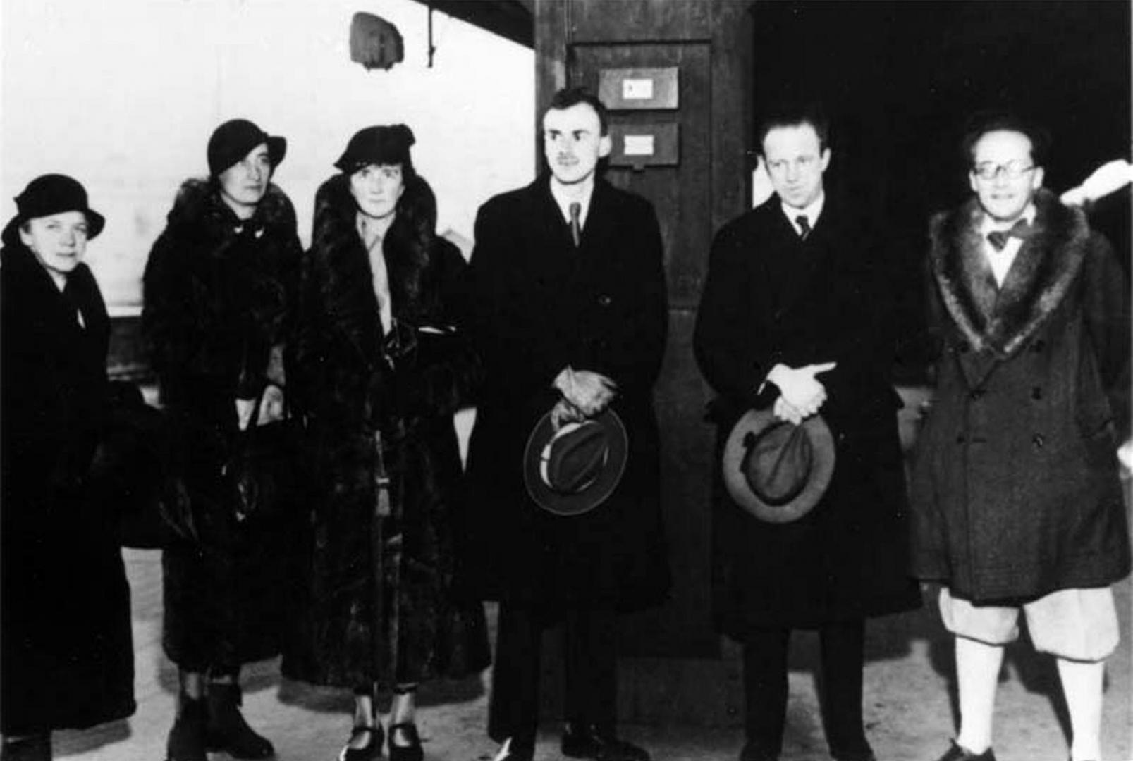 Слева направо: мать Гейзенберга, жена Шрёдингера, мать Дирака, нобелевские лауреаты Поль Дирак, Вернер Гейзенберг и Эрвин Шрёдингер на перроне вокзала в Стокгольме (1933)