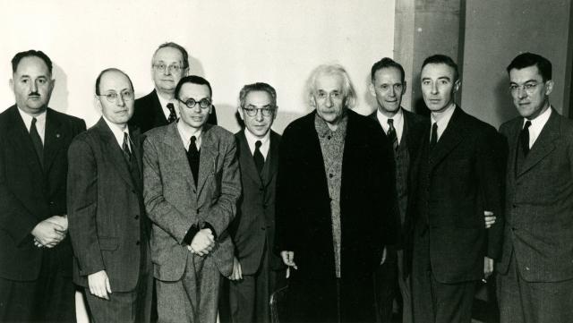 70-летие Альберта Эйнштейна в Институте перспективных исследований в Принстоне. Слева направо: Говард Робертсон, Юджин Вигнер, Герман Вейль, Курт Гёдель, Исидор Раби, Альберт Эйнштейн, Рудольф Ладенбург, Роберт Оппенгеймер и Джералд Клеменс