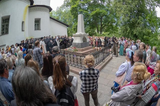 Заупокойная лития на могиле Александра Пушкина в Пушкинских Горах