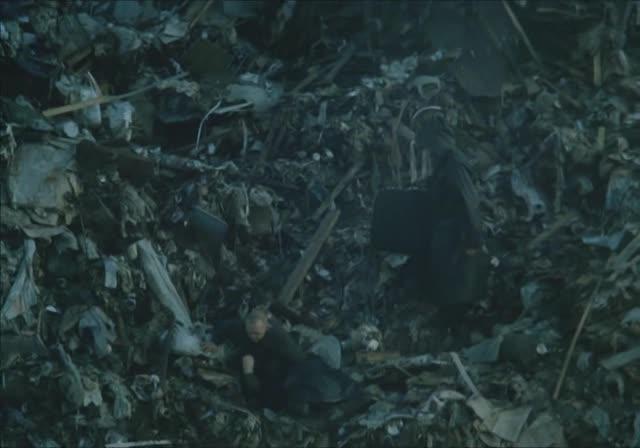 В мусорном окружении