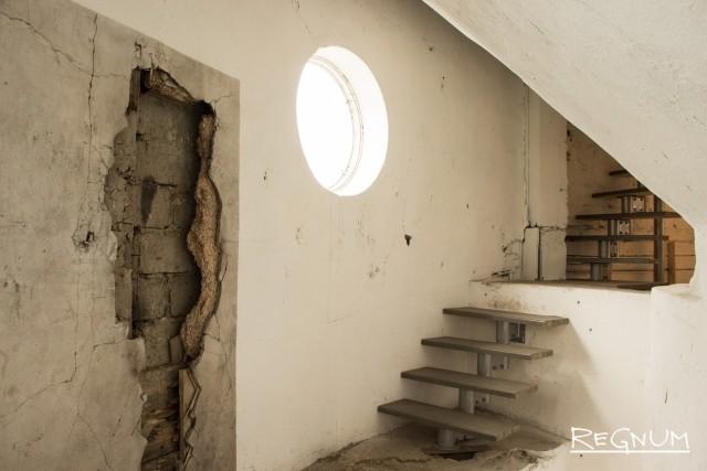 Лестница, ведущая в то место, где располагался бак (от него осталось только днище)