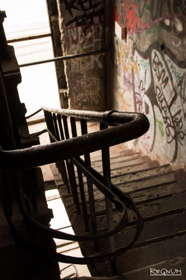 Лестница, ведущая к баку башни, и пространству под и над ним