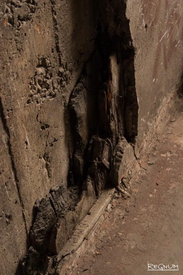 Железобетон, который был залит в опалубку, сохранил фактуру дерева