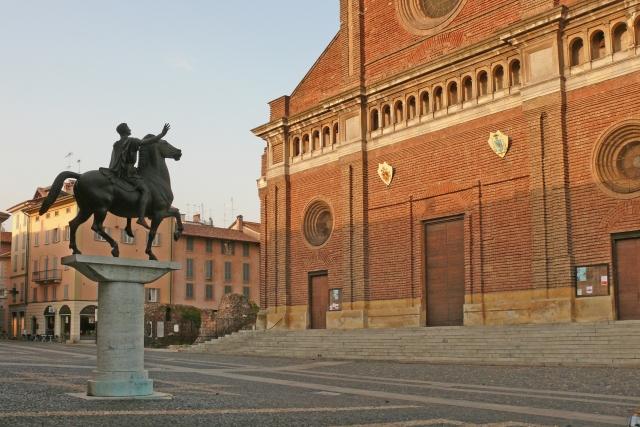 Павия, площадь перед Кафедральным собором