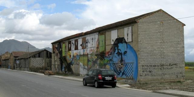 Фуэнте-Вакерос. Дом, в котором родился Лорка, и граффити в честь поэта