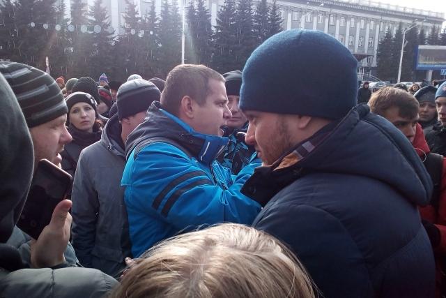 Игорь Востриков (в ярко-синей куртке). Стихийный митинг в Кемерово. 27.03.2018