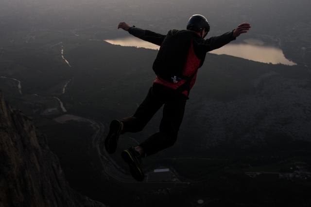Прыжок с основного экзита в Монте Бренто. Монте Бренто — в гора высотой 1544 м, расположена на севере Италии рядом с городом Арко. Основной экзит (площадка, откуда прыгают) считается одним из самых безопасных в мире и хорошо подходит для обучения. Это самая популярная бейс-локация в Европе
