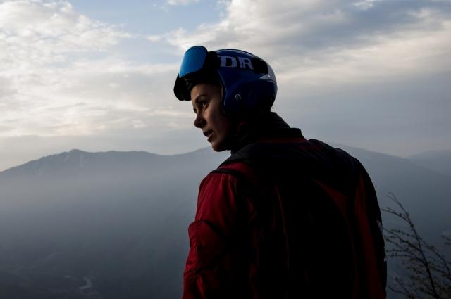 Эмбер Форте, 26 лет, Норвегия. Инструктор по йоге и прыжкам с парашютом, член сборной Норвегии по вингсьют-пилотированию. Бейс-опыт больше 100 прыжков, скайдайв больше 800