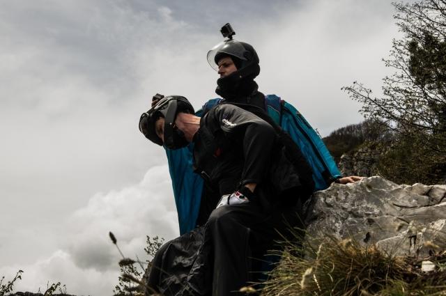 Андрей Маренич проверяет камеру на шлеме напарника. Видеозапись нужна не только для создания красивых роликов на Ютубе — в основном она позволяет проанализировать полет и в дальнейшем учесть ошибки. А в случае гибели пилота выполняет роль «черного ящика»