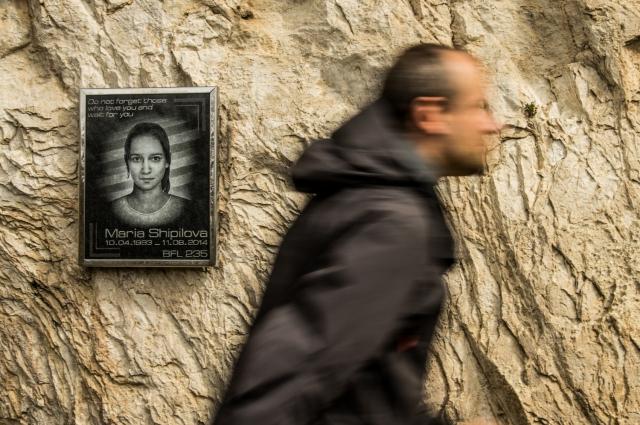 Памятная табличка российской спортсменке Марии Шипиловой, погибшей в Монте Бренто 3 года назад. Несмотря на то, что место считается безопасным и учебным, здесь уже разбилось 15 бейсеров