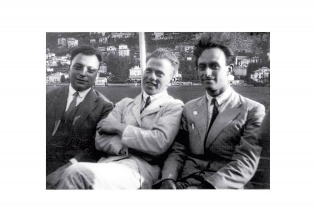 Будущие конкуренты в атомной гонке США и фашистской Германии — нобелевские лауреаты Энрико Ферми (1938) справа, Вернер Гейзенберг (1933) в центре и Вольфганг Паули (1945) перед Второй мировой войной