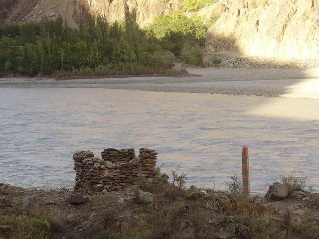 Таджико-афганская граница на реке Пяндж