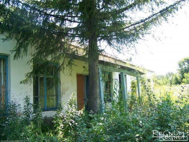 Так выглядит фасад бывшей школы в Лаврентьевке — алтайском селе, на родине геройски погибшего в Назрани пограничника Ильи Кобзева