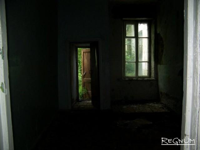 В здании бывшей школы села Лаврентьевка теперь царят запустение и полумрак