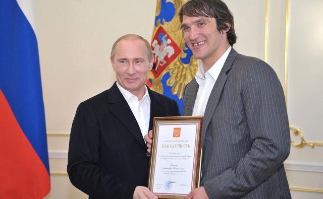 Вручение награды Александру Овечкину за его огромный вклад в победу сборной России по хоккею на чемпионате мира по хоккею 2012 года
