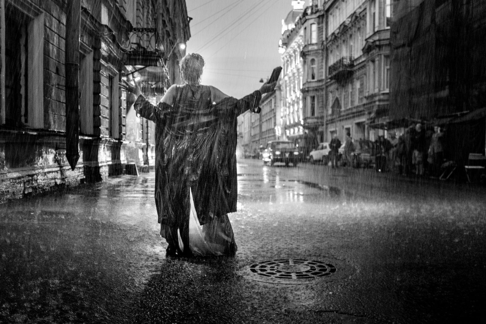 Девушка под дождем на улице