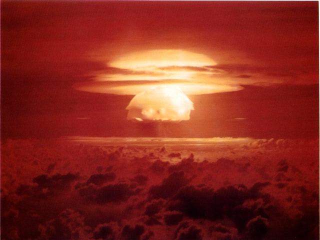 Первый воздушный взрыв американской термоядерной бомбы Castel Bravo на атолле Бикини 1 марта 1954 года, радиоактивные осадки от которого достигли Австралии, Индии и Японии, США и Европы