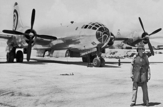 Луис Альварес 6 августа 1945 года перед посадкой на бомбардировщик В-29 «The Great Artiste», который сопровождал бомбардировщика «Enola Gay», сбросивший атомную бомбу на Хиросиму