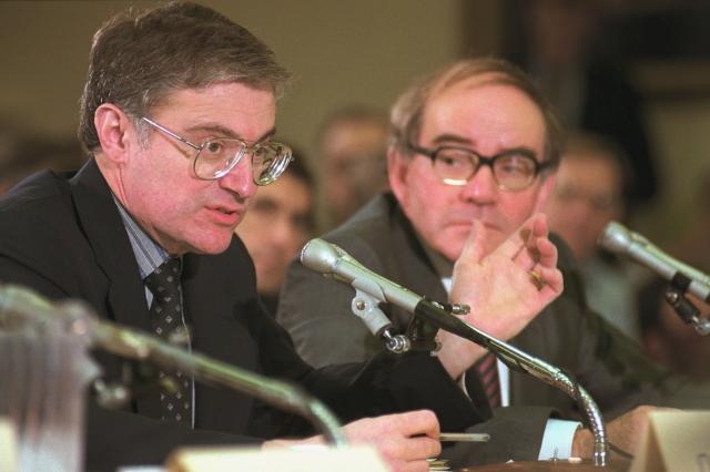 Стэнли Понс (слева) и Мартин Флейшманн дают пояснения по поводу их работы по «холодному» ядерному синтезу на заседании Комитетом по науке, космосу и технологиям США 26 апреля 1989 года