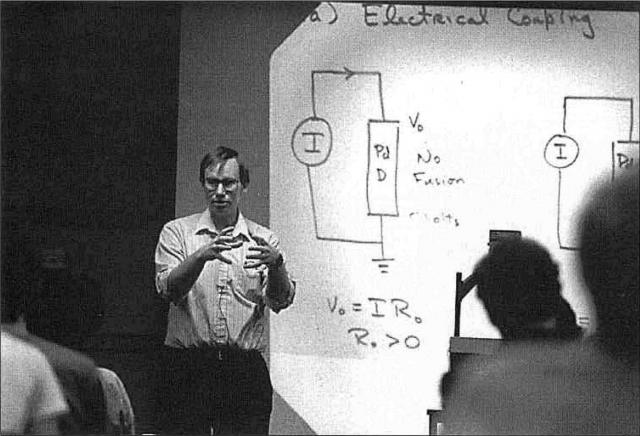 Профессор Питер Хагельштайн — автор концепции «космического щита» Системы оборонной инициативы «Эскалибур» рассказывает 14 апреля 1989 года в Массачусетском технологическом о своей теории когерентных состояний, объясняющей феномен «холодного» ядерного синтеза