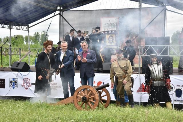 Старт фестивалю дал Андрей Травников, пальнув из средневековой пушки