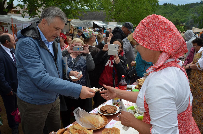 Губернатор Ленинградской области Александр Дрозденко на праздничной ярмарке