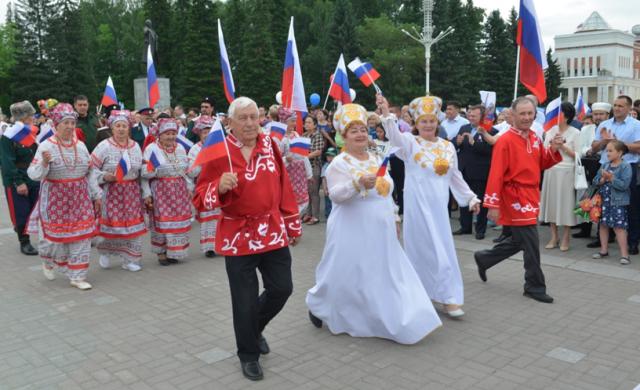 На Алтае День России отметили парадом дружбы народов