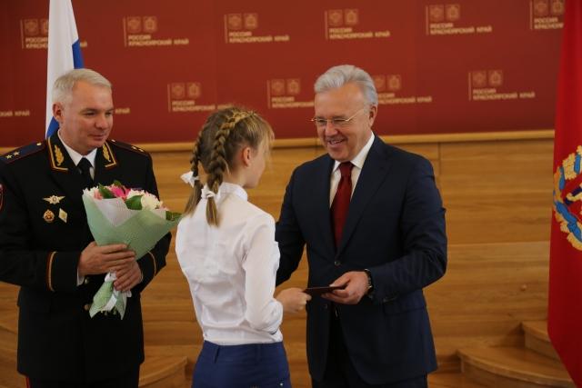 «Будущее России»: глава Красноярского края вручил паспорта школьникам