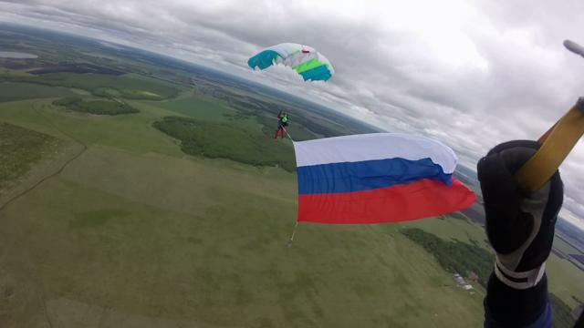 На Урале в День России парашютисты совершили прыжок с триколором