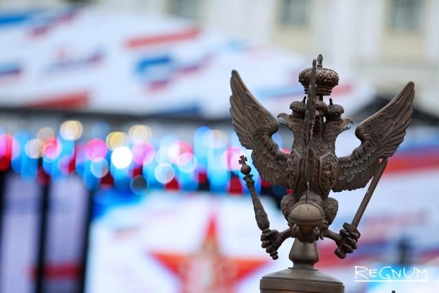 Цветы и музыка оркестров: Петербург красочно отметил День России