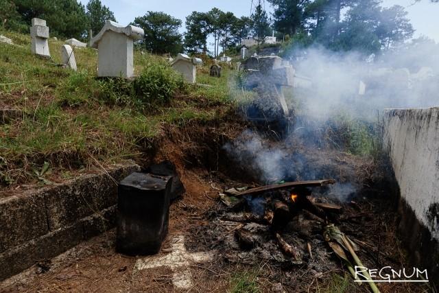 Игорот сохранили традицию жечь огонь на могилах предков