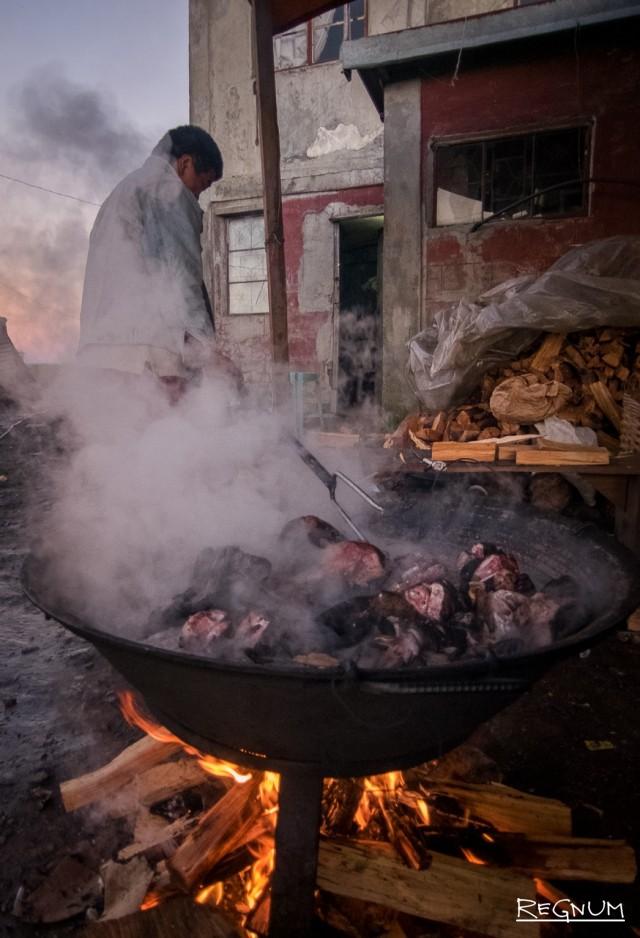 Приготовление традиционного блюда из свинины