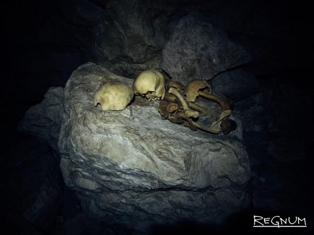 В Сагаде есть несколько пещер, в которых до сих пор находятся гробы, которые были помещены сюда более ста лет назад. Некоторые из них настолько обветшали, что кости просто лежат на камнях…