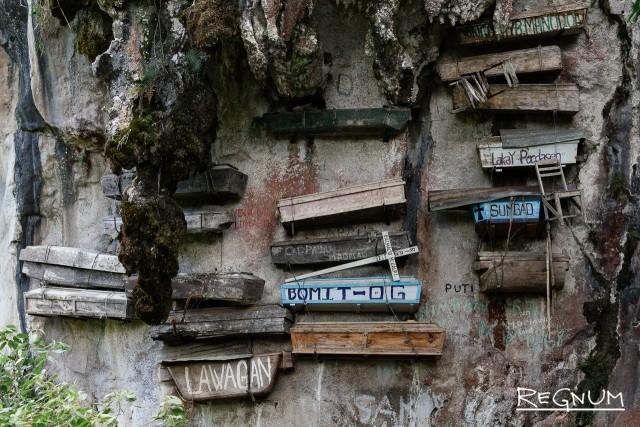 Многие игороты продолжают исповедовать традиционные культы. До сих пор повсеместно можно видеть висячие гробы, которые закреплены на скалах. Также некоторые гробы можно найти в различных нишах в скалах