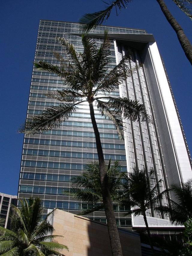 First Hawaiian Center — самое высокое сооружение Гавайев (131 м)