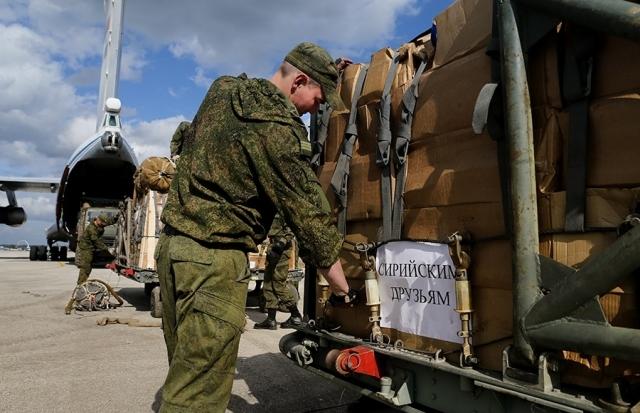 После дневного поста Рамадан российские военные накормили сирийцев