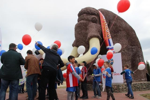 Ямальский мамонт Митя нарядился к чемпионату мира по футболу