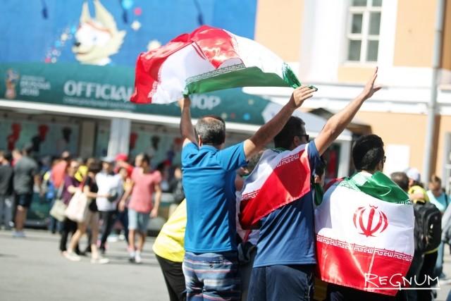 Болельщики сборной Ирана на территории фан-зоны