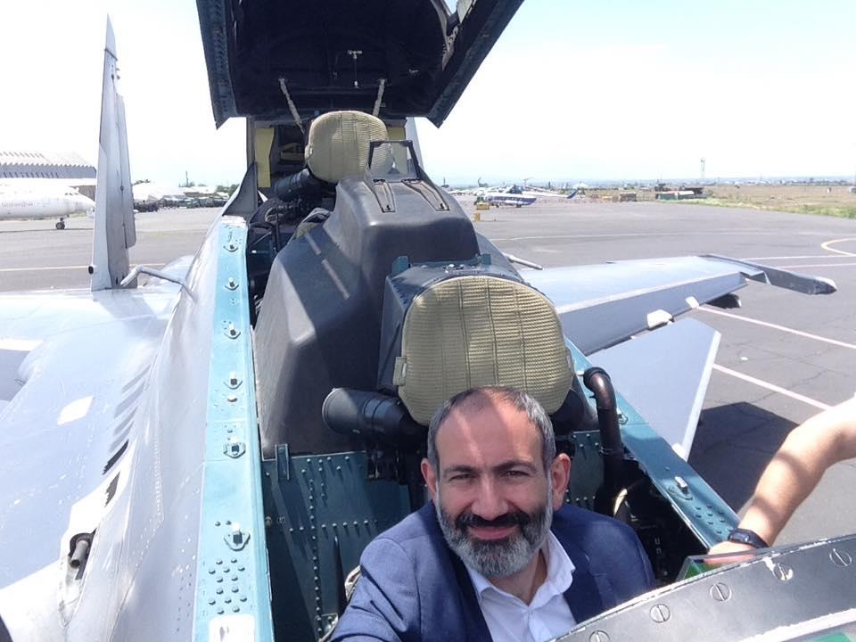 Премьер-министр Армении Никол Пашинян в кабине истребителя Су-30СМ. Источник: личная страница Никола Пашиняна в социальной сети Facebook