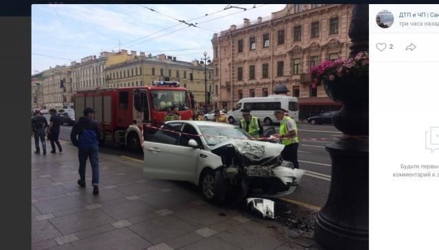 Таксист устроил ДТП с пострадавшими на тротуаре Невского проспекта