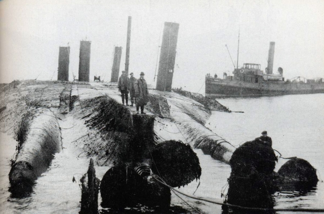 Англичане поднимают германский линейный корабль «Кайзер»