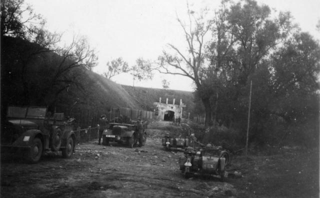 Немецкие автомобили и мотоциклы у Северо-Западных ворот Брестской крепости