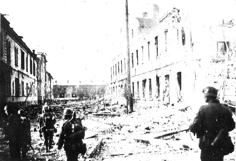 Немецкие пехотинцы на центральном острове Брестской крепости